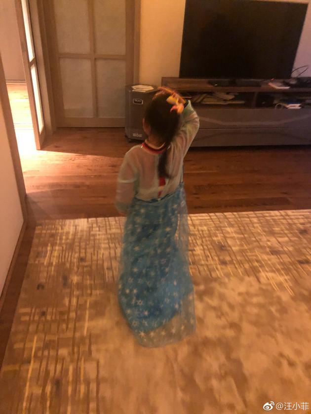 汪小菲晒女儿照片,小玥儿这身衣服太有戏了