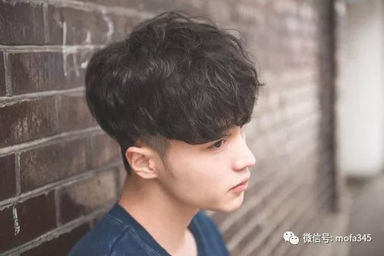 第二款:当下大热的男生微卷发型,再加上两侧内掏空的时尚设计,蓬松的图片