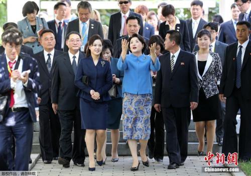 当地时间9月18日,在朝鲜平壤音乐综合大学,韩国总统文在寅夫人金正淑与朝鲜国务委员会委员长金正恩夫人李雪主亲切交谈。
