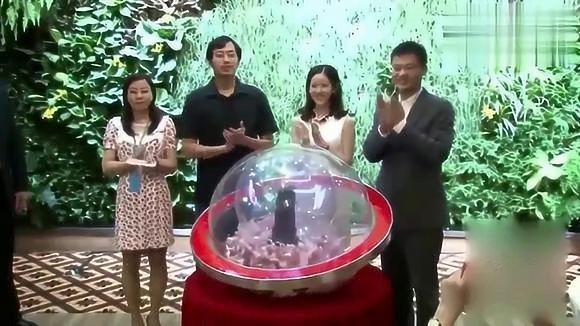 刘强东章泽天出席宴会,奶茶妹妹含笑望夫,实在太甜了!