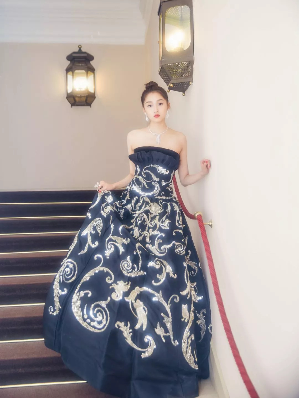无论是甜美可爱还是微微成熟的风格,关晓彤都可以完美消化.