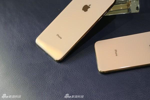 不过,苹果为这2款手机加入了全新的金色配色,其边框为亮丽的金色,而