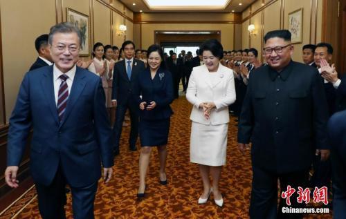 当地时间9月18日,朝鲜平壤,韩国总统文在寅与朝鲜领导人金正恩一同抵达下榻酒店�D�D平壤百花园国宾馆。