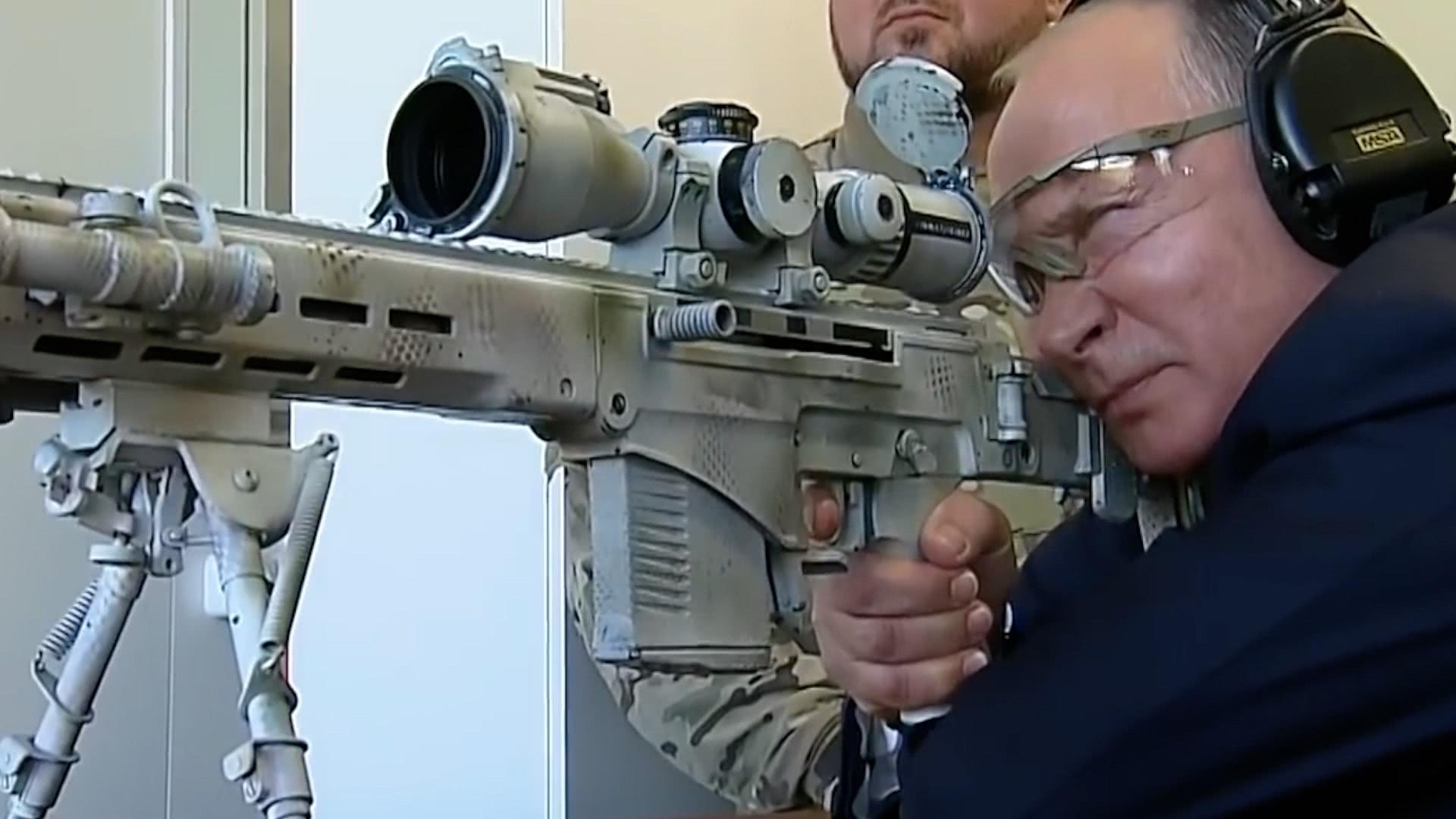 普京试射新狙击步枪动作专业 表情凶狠针对谁?