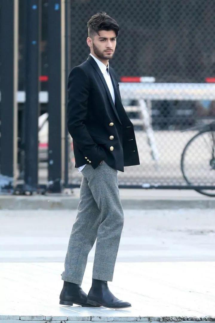 对于要经常穿正装的男士而言,秋冬季选择一双高质的切尔西靴来搭配真