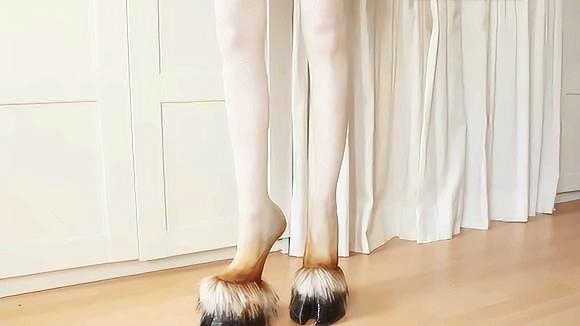 永远猜不透的时尚圈!马蹄高跟鞋火爆日本,穿上真的很像马蹄!