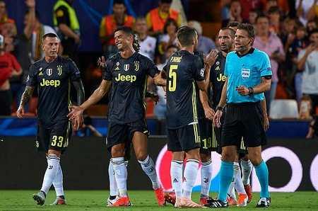 克拉滕伯格:要是我就判给瓦伦任意球,两人都领黄牌