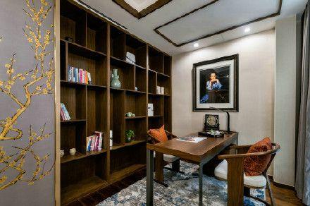 簡單的紅木桌和椅,紅木書架,寫意的梅花墻,詩與畫與主人的完美搭配