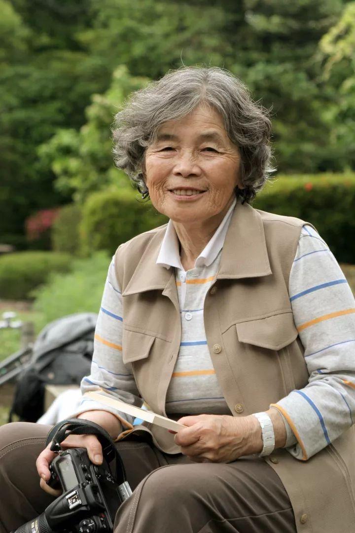 日本老奶奶做爱_视角丨这位日本老奶奶,飙车碰瓷却爆红ins,网友:你活出了我想要的样子
