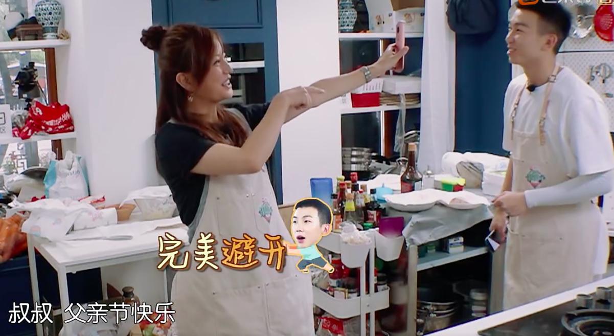 趙薇和父母視頻黃曉明忙打招呼,一番話見證高情商
