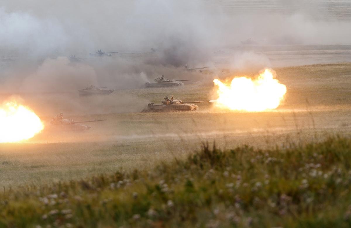 解放军99式从俄老坦克面前淡淡飘过,俄军还敢说自己强?