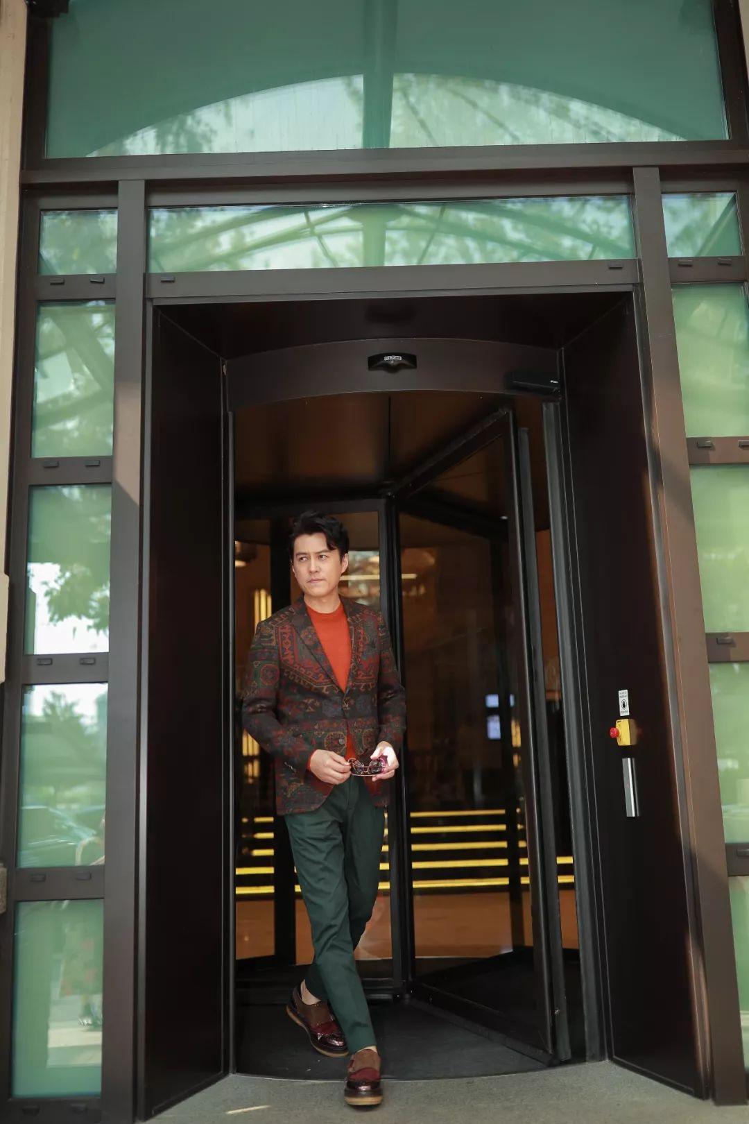 > 正文   靳东身穿etro 2018 秋冬花纹系扣西装外套搭配橘色圆领针织