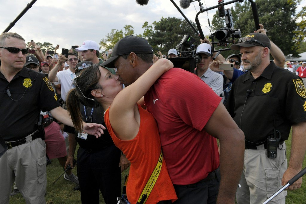 伍兹再夺冠!女友送香吻 两人甜蜜耳语拥抱羡煞旁人