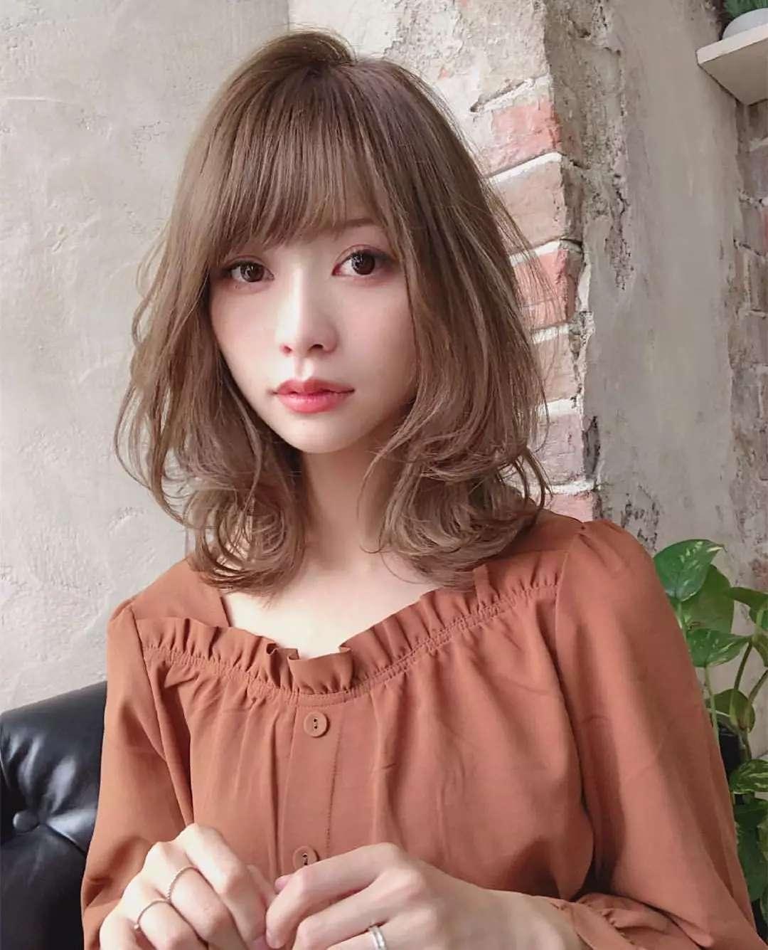 发量偏少想烫个颜色发,冷烫热烫锁骨适合?好打头发偏黄染什么还是好看吗图片