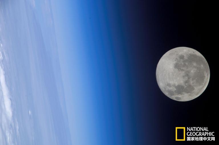 月亮竟然带电,满月时的电量十足