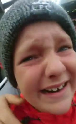暖心萨拉赫赛后送球衣,小球迷热泪盈眶