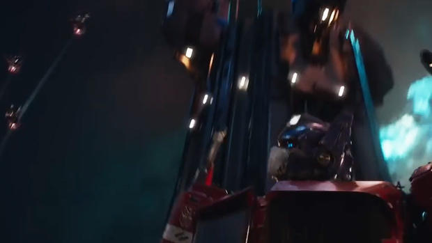 《大黄蜂》预告前瞻擎天柱造型亮相 声波机器狗现身