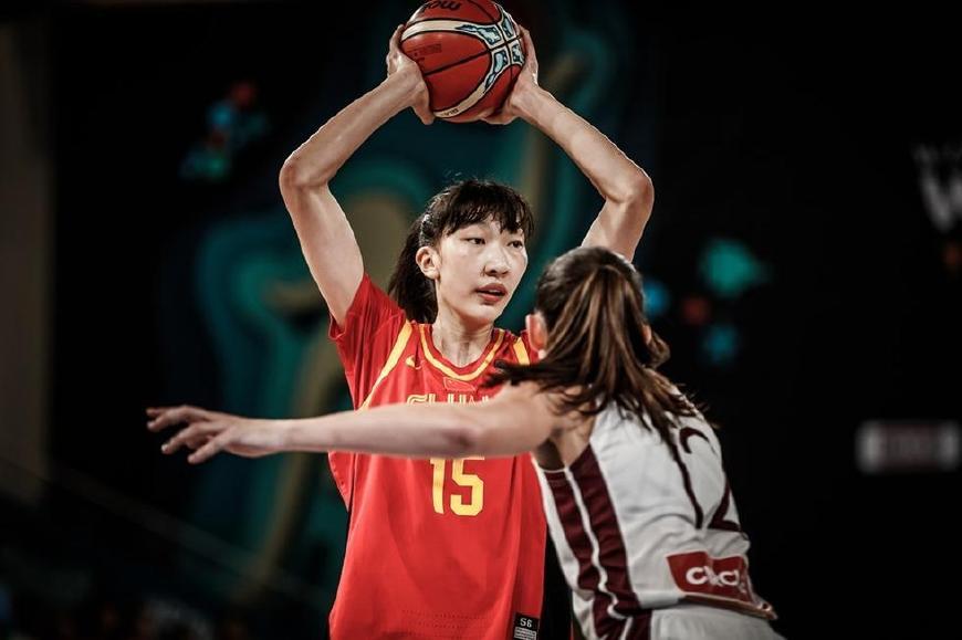 无惧WNBA巨星!女周琦20+5闪耀全场 获全场球迷欢呼