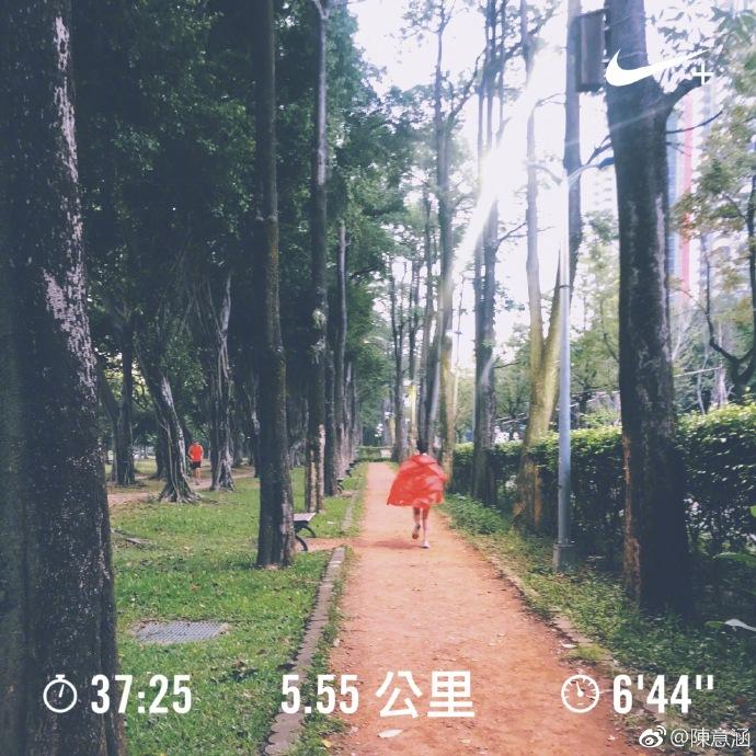 比谢楠的马甲线还猛,陈意涵挺5个月孕肚跑5.5KM