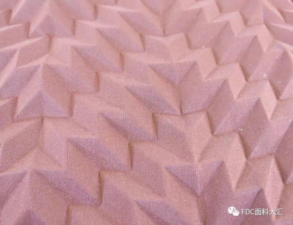以触感纹理更新的运动系列针织面料,从网状图案及绗缝外观对服装廓形