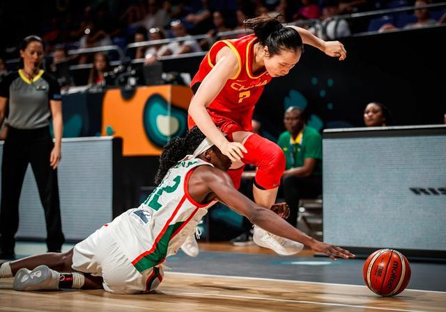 惊艳!中国女篮上演梦幻脚步得分 防守球员被晃后倒地