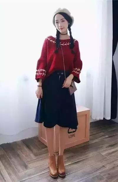搭配要点:酒红色宽松针织衫 牛仔裙 踝靴