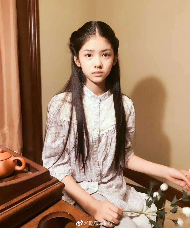 """小奶茶 她是继章泽天之后的第二位""""小奶茶""""校花,12岁身高165CM,和佟丽娅拍戏颜值不输阵!"""