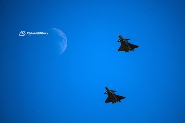 空军发布中秋美图,歼20与月亮同框,这是走向星辰大海的节奏