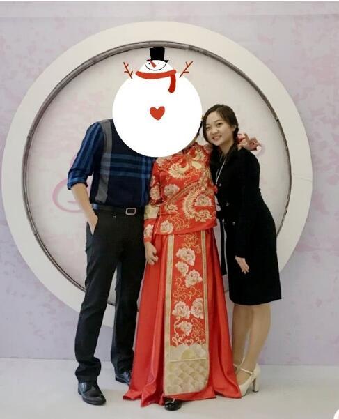 林妙可参加婚礼,胸前的饰品被吐槽:老年人才这么戴的吧
