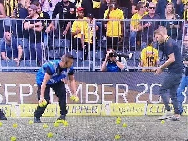 手柄都扔!瑞士足球投资电竞球迷不干 赛场狂扔杂物