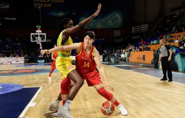 為她點贊!戰澳洲中國女籃11人只有她敢于找對抗,三次打了2+1