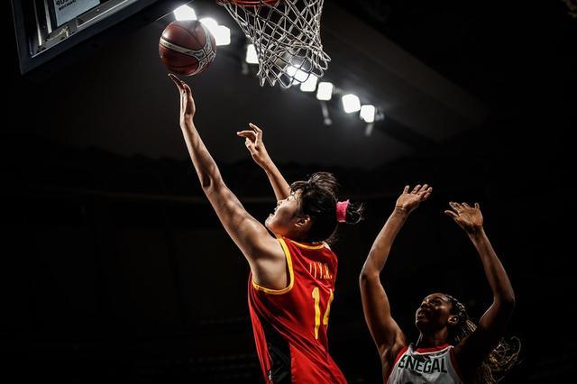 点赞!战澳洲女篮12人只有她敢于找对抗 三次搏得2+1