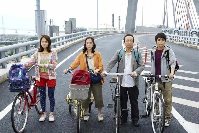 生活没有电有多可怕,日本全国停电,小伙带全家骑自行车求生