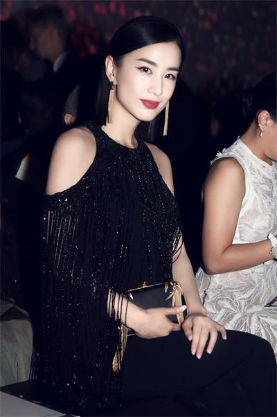 黄圣依巴黎时装周头排看秀,气场强大时尚高贵
