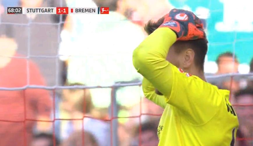 活久见!德甲赛场诞生惊天乌龙 界外球直接扔进自家球门