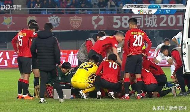 中甲赛场上演危险一幕:拼抢主动发力踢折自己的腿