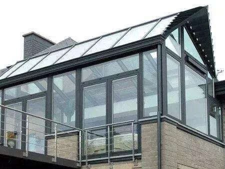 尖顶阳光房是以框架结构搭建出长方形或梯形斜面,下方上尖,特点是
