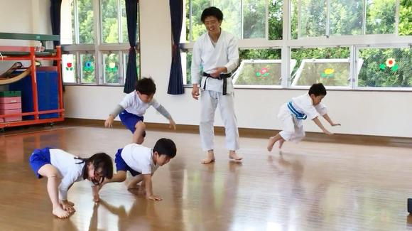 日本幼儿园超萌搞笑空手道实际训练视频
