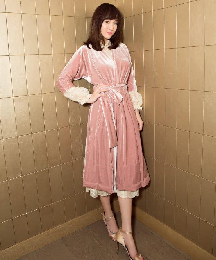 衣袖采用的是薄纱材质