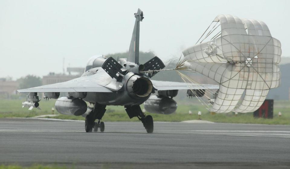 印度军工有多烂,战机只有三分之一零件国产,直升机差点摔死总统