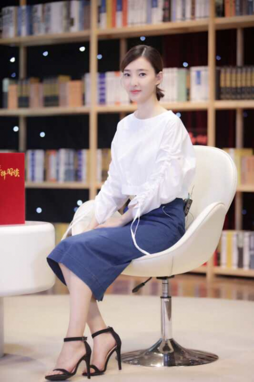 素颜女神王丽坤上《榜样阅读》 国庆长假开读气场十足