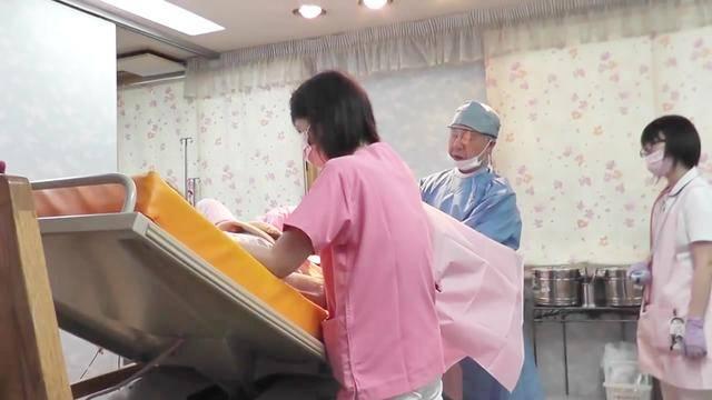 日本医院直击孕妇自然分娩过程,负责接生的老大爷工作非常专注!