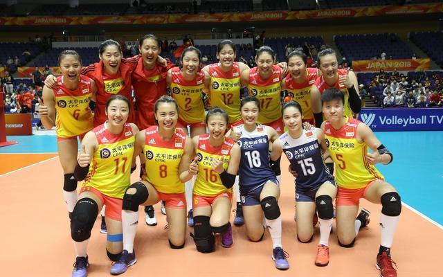 中国女排赛后这一幕让人既心疼又感动:张常宁拉着丁霞不让她跪下