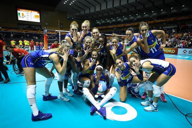 太张狂!意大利女排在赢球后竟比划这个手势,故意恶心中国女排?