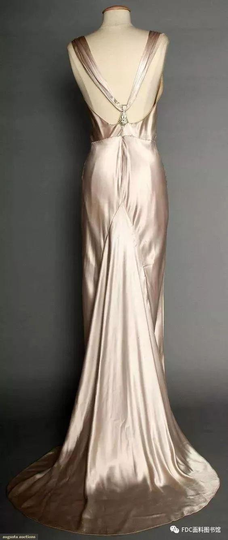 到了1930年后期,服装的重点转移到了后背,露背的领口设计以及高领但是图片