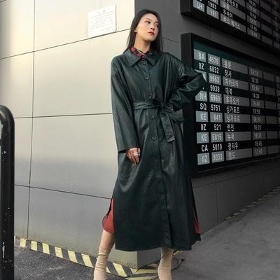 老婆披黑色皮衣+裸鞋 打扮时尚帅气,酷劲十足,