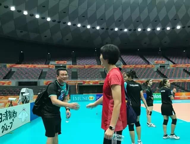 场上是对手,场下是朋友!泰国女排教练崇拜郎平,队员示好徐云丽