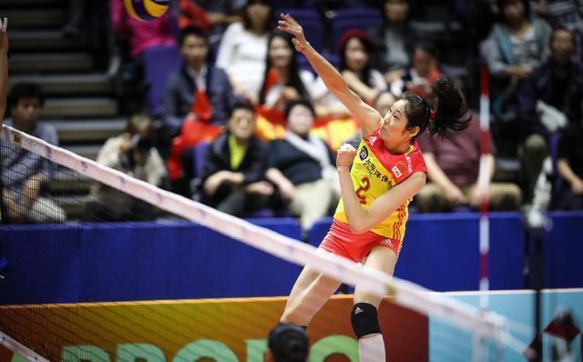 中国女排强行提速让朱婷一杀手锏被废掉,扣完球后竟直接坐倒在地