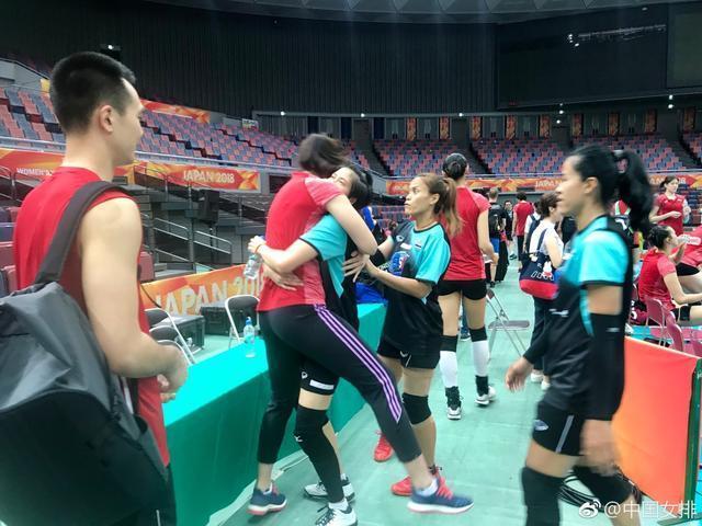 有爱!中国女排奥运冠军功臣与泰国女排大将紧紧相拥,让教练看呆