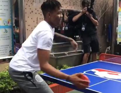 握拍诡异!富尔茨与小朋友切磋乒乓球技术